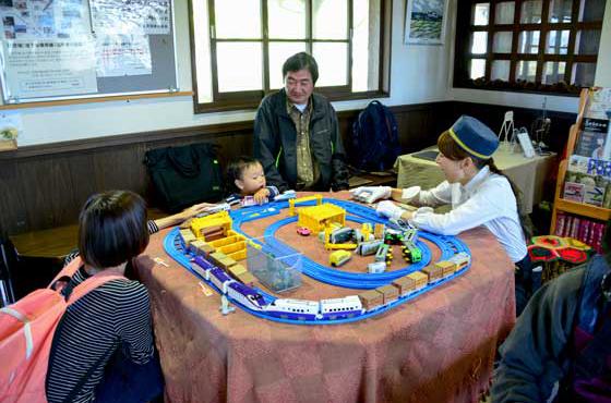 駅舎の中には買ったパンをその場で食べられるカフェスペースの他、子どもが遊べる電車のおもちゃスペースもある。