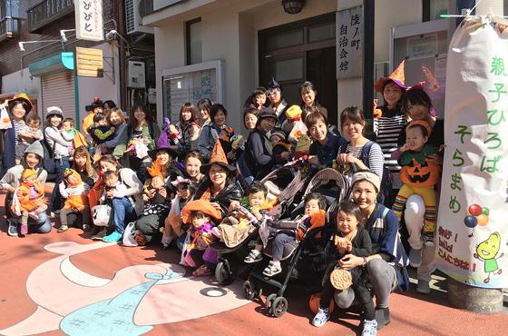 親子そろって仮装したハロウィンパレード