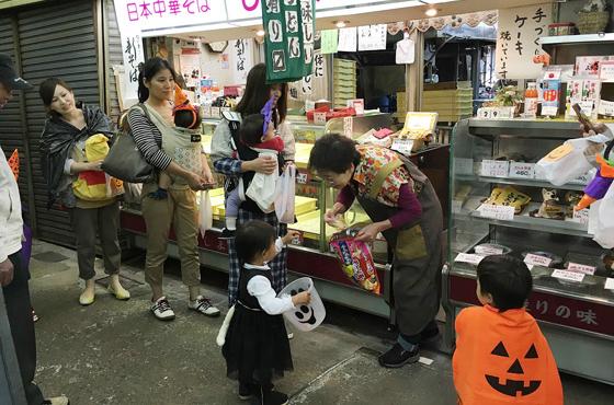 仮装した多くの親子が練り歩き、賑わう地元商店街