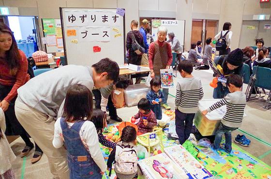 多くの親子が参加し、賑わう会場