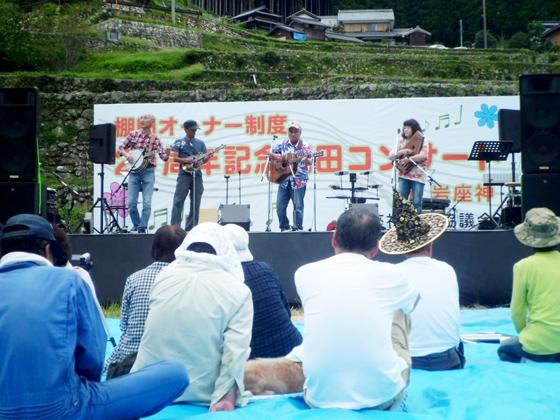 刈り取られた田んぼをステージに見立てて開催される棚田コンサート
