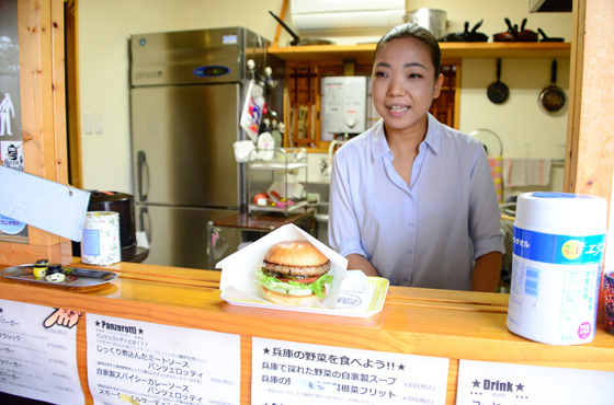 ボリュームのあるハンバーガーの具材はほとんどが地元産のもの
