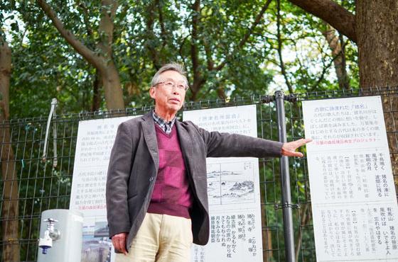 猪名寺自治会ボランティアガイドの会のガイドとしてこの地域の歴史を案内する内田さん
