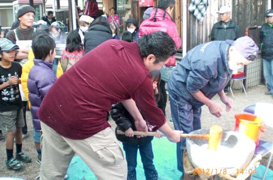 猪名寺自治会で行われた「ふれあい餅つき大会」