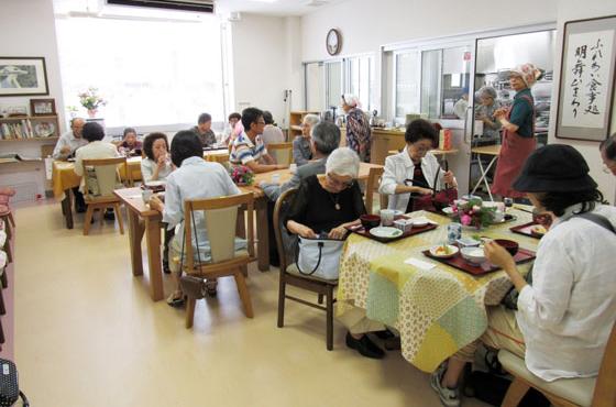 お昼時は多くの方が昼食に訪れる、松が丘コミュニティ交流ゾーンを利用した現在の「ふれあい食事処」
