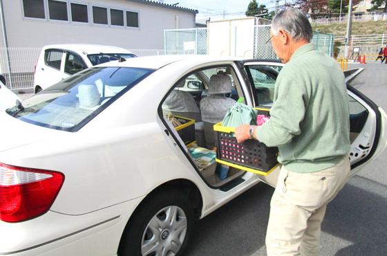 ひまわりの食事を待つお客様にマイカーで配達する配達ボランティア