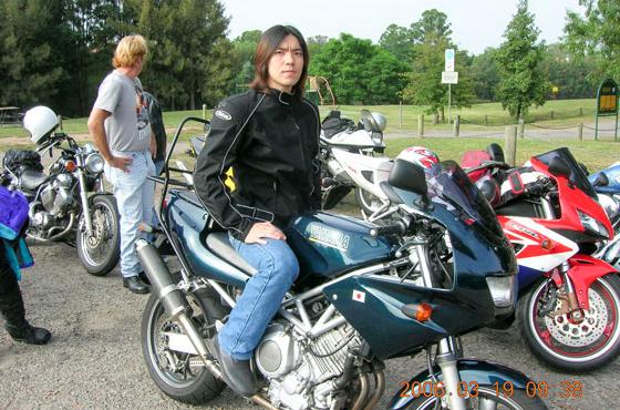 オーストラリアでバイク仲間とツーリングをしていた頃の吉原さん