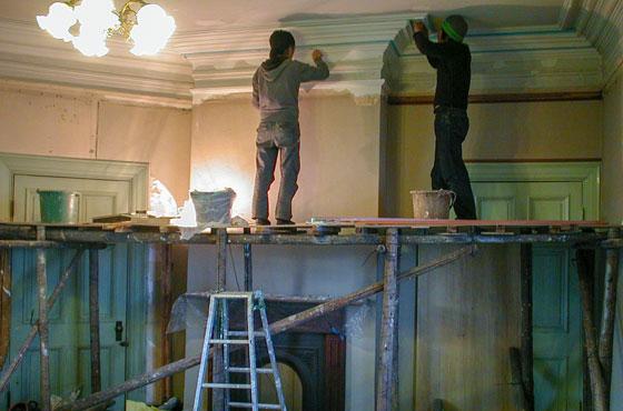譲り受けた旧グッゲンハイム邸をプロの力を借りつつ自分たちでも補修