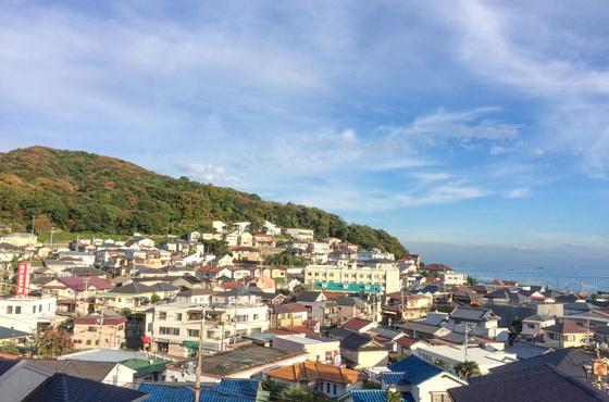六甲山脈の西端、海と山に挟まれた小さな町、塩屋