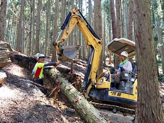 山に入り森林整備や伐採などを行うための作業道づくりを行う能口さんたち