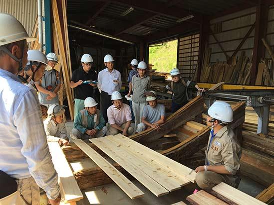 林業従事者とともに製材の大切さを学ぶ勉強会を開催している