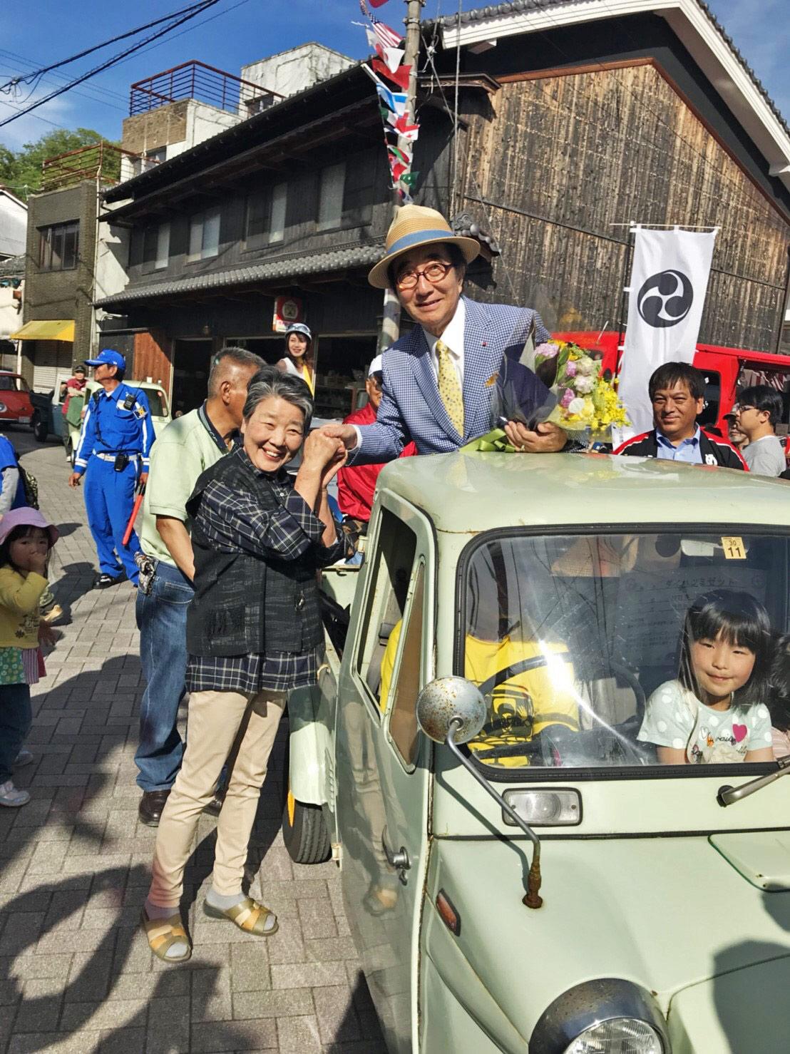 コメディアンの大村崑氏も参加するなど、大勢の観光客でにぎわう「レトロヂ」。