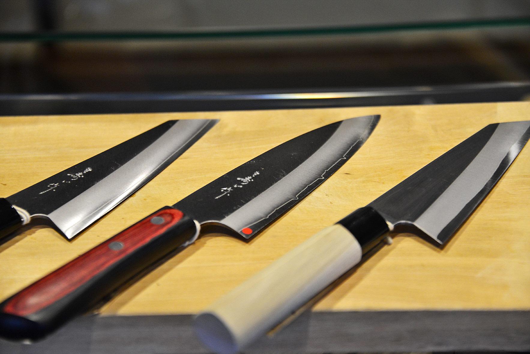 独創的なデザインで、刃物鋼の両側をステンレスで包み込んだ「よく切れて錆びない包丁」を日本で初めて製造した三寿ゞ刃物製作所