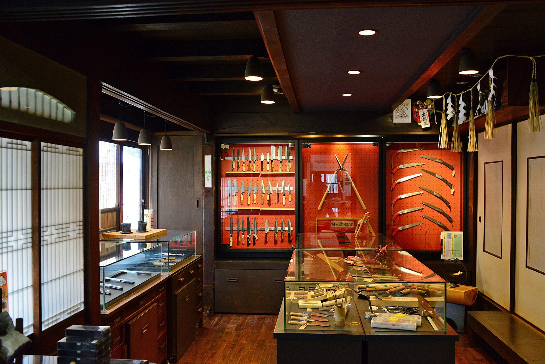 ギャラリーは赤と黒に統一され、外観からは想像もできないお洒落な空間に。包丁以外にも播州エリアで作られる様々な道具が展示・販売されている。