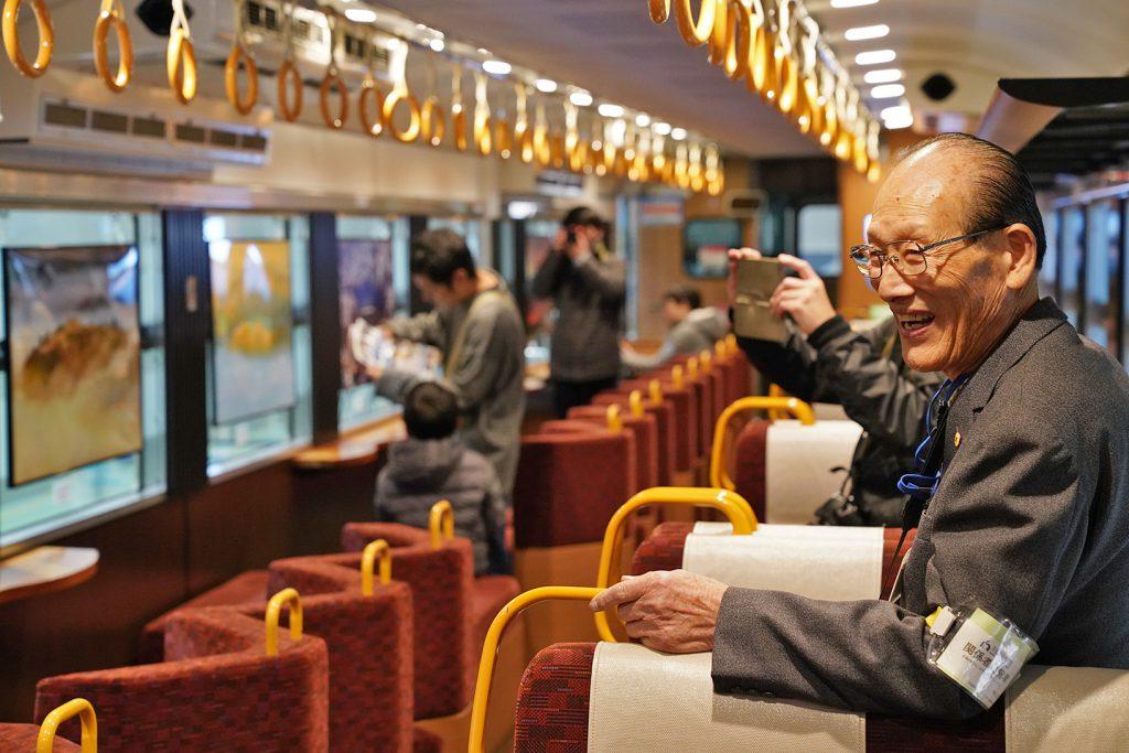 吉田さんが四季折々に撮影した竹田城跡の写真が並ぶ「天空の城 竹田城跡号」の車内 (京都鉄道博物館の地域連携イベントにて)
