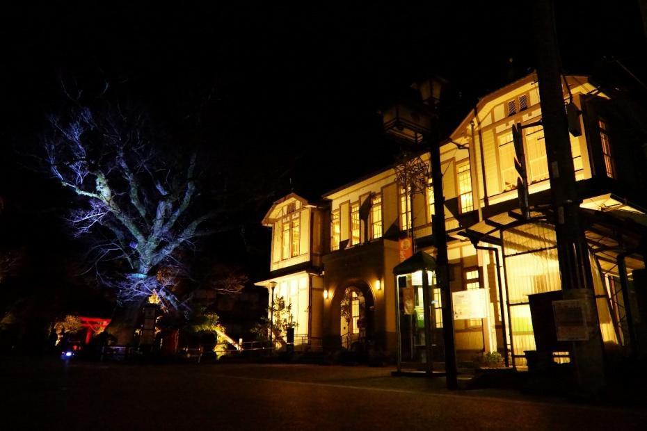 かいばらいと開催時にライトアップされた丹波市役所柏原支所。現在も支所として使われているこの建物は昭和10年に建築された。建物内の照明を照らすだけで趣ある雰囲気になる。
