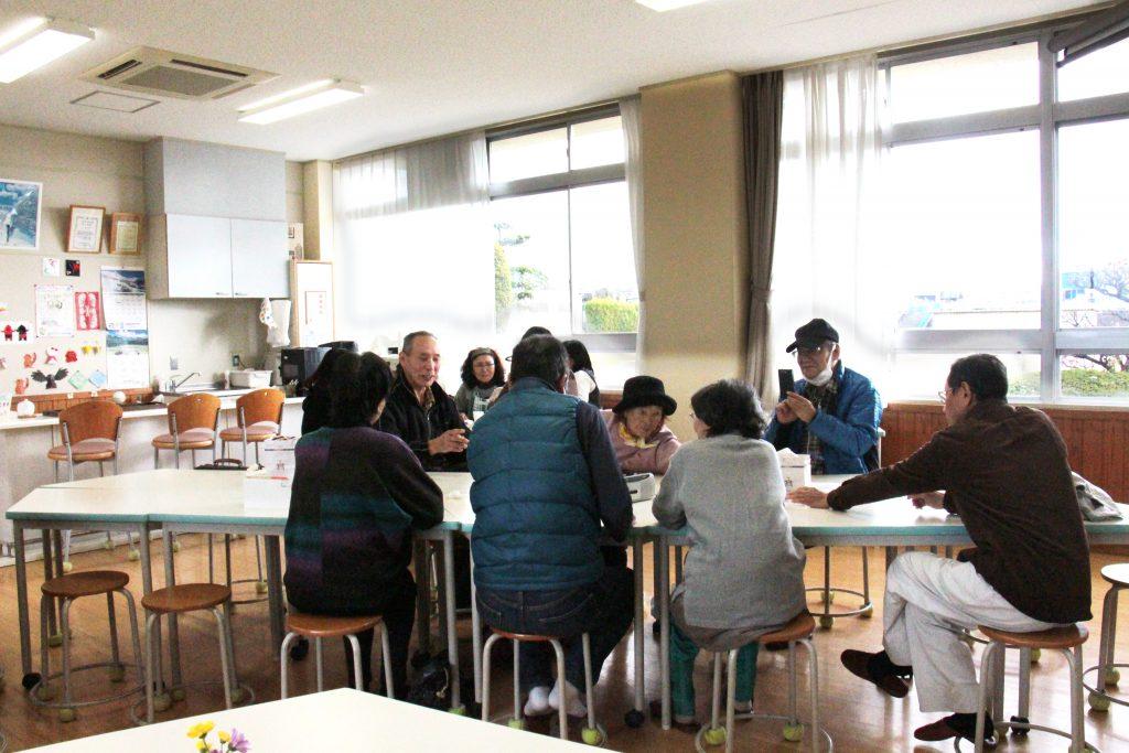 天満南小学校内の余裕教室を使ったふれあい喫茶。貸し教室を利用しにきたグループや、地域の方の憩いの場となっている。取材日当日も多くの方が利用され、とても賑わっていた。