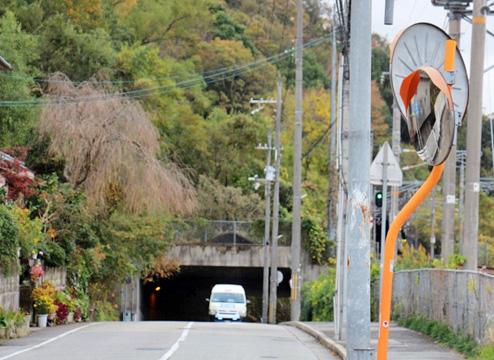 山間のトンネルから『ぐるっと生瀬』がやってくる様子。撮影場所はJR生瀬駅前。分刻みの運行スケジュールの中、時間どおりに到着した。