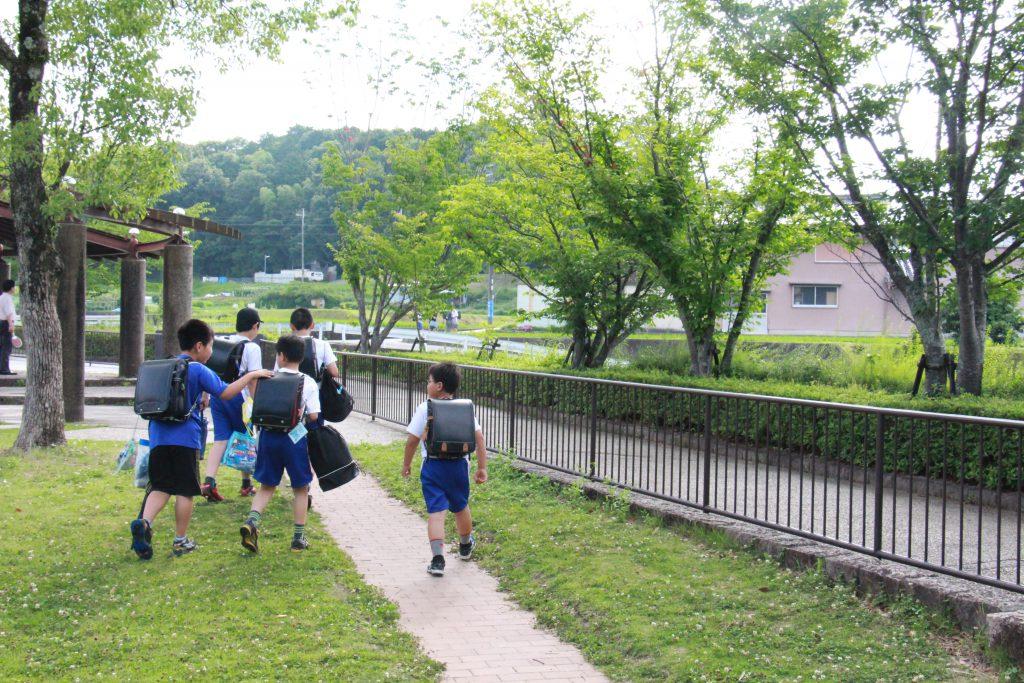 学校終わりに八多児童館に寄ってから帰宅する子どもたち。「さようなら!」と大きな声で挨拶をしてくれた。