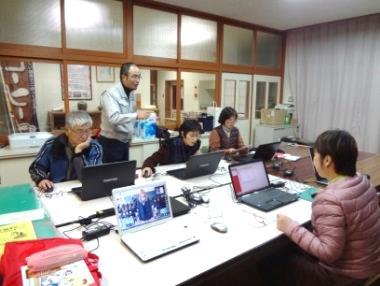 >コンピューター教室の風景。年賀状を自作するなど参加者は意欲を見せる。