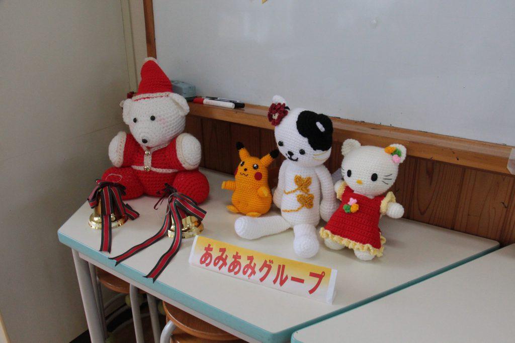貸し教室を利用し、さまざまな活動をしている団体の作品。 あみもの教室(あみあみグループ)。