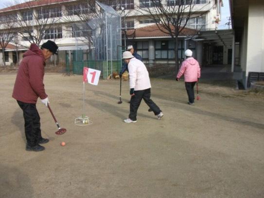 グラウンドゴルフの様子。毎回、白熱したゲームが繰り広げられる。