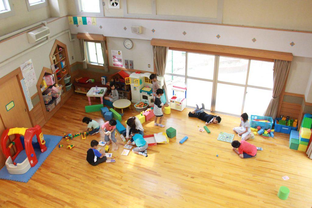 八多児童館内、学校終わりの子どもたちがおもいおもいの時間を過ごす。館内は子どもたちの声でとても賑やかだ。