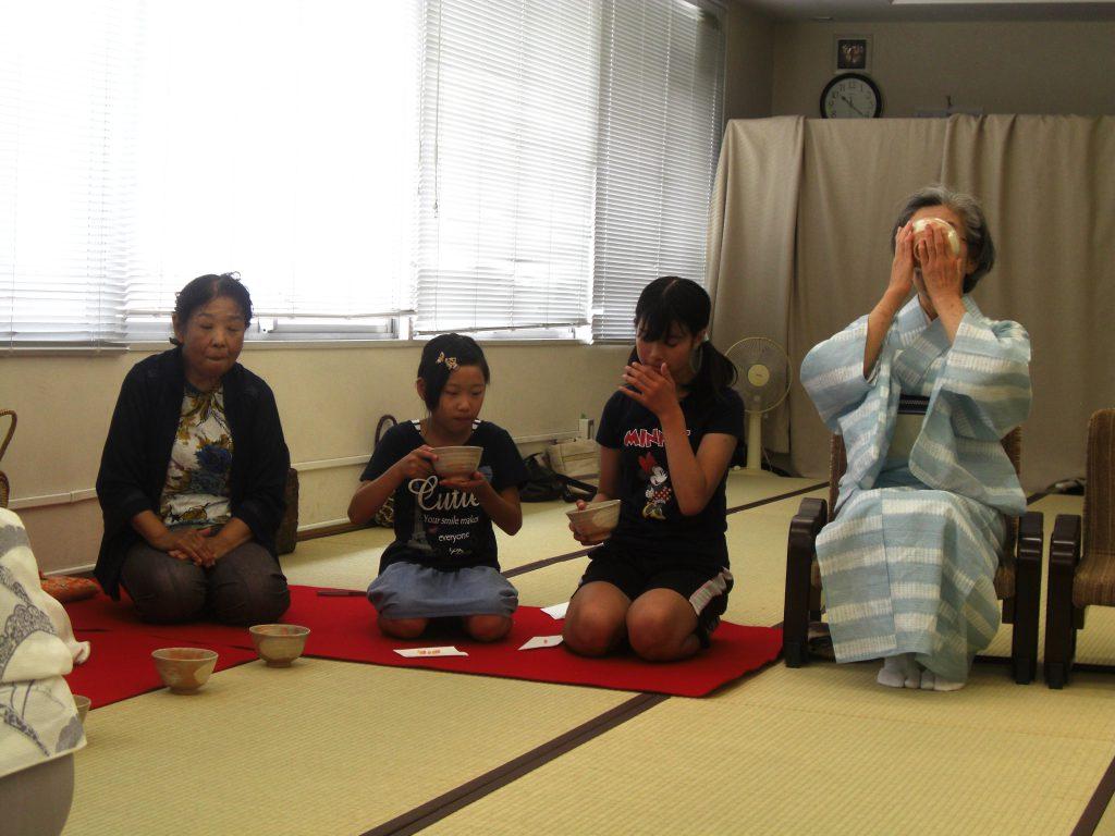 伝統文化の伝承と世代間交流を目的とした茶道体験教室。