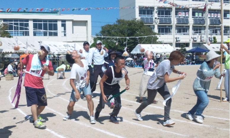 バラエティー競争(パン喰い競争)の様子。地域の方をはじめ教職員が参加する競技は観客を含め大盛り上がり。