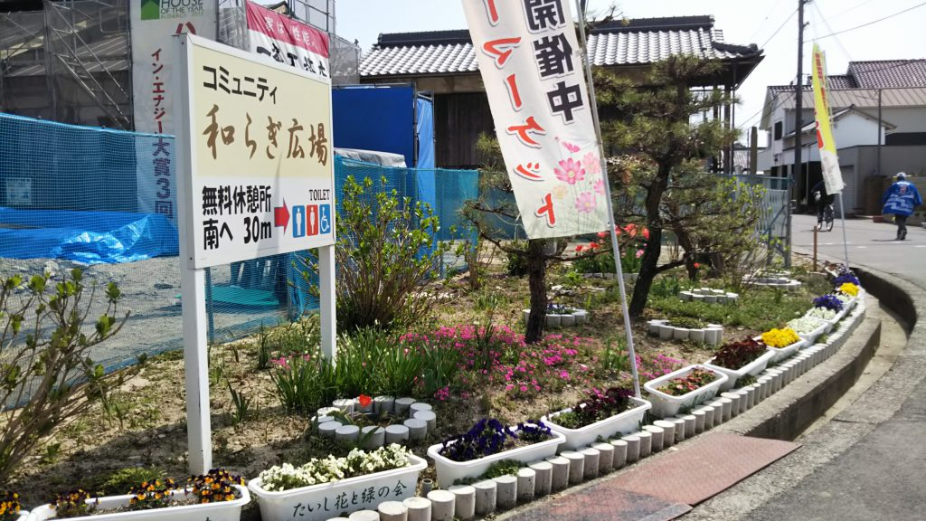 斑鳩寺の門前スペースも協議会で整備。季節ごとに様々な植栽を行っている。