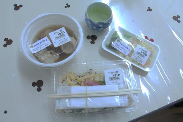 取材当日のメニューは、おでん、ポテトサラダ、鮭とひじきのちらし寿司。おでんは、出汁がしみて最高!ちらし寿司も鮭のアクセントが絶妙で箸が止まらなかった。