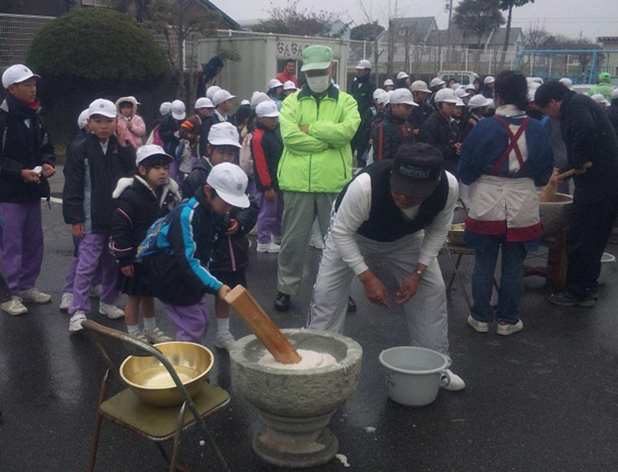 どんど焼きでは子どもたちと地域の方が餅つきを行う。