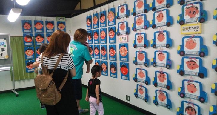 2階のギャラリーで展示された「お父さんの似顔絵展」。保護者で賑わった。
