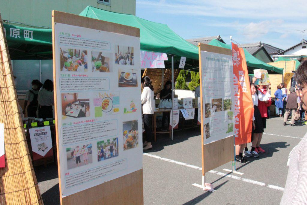 織田まつりと同日開催された「うまいもんフェスタ」内で高校生が出店した「たんたんカレー」。元気な声で来場者に自慢のカレーを説明。