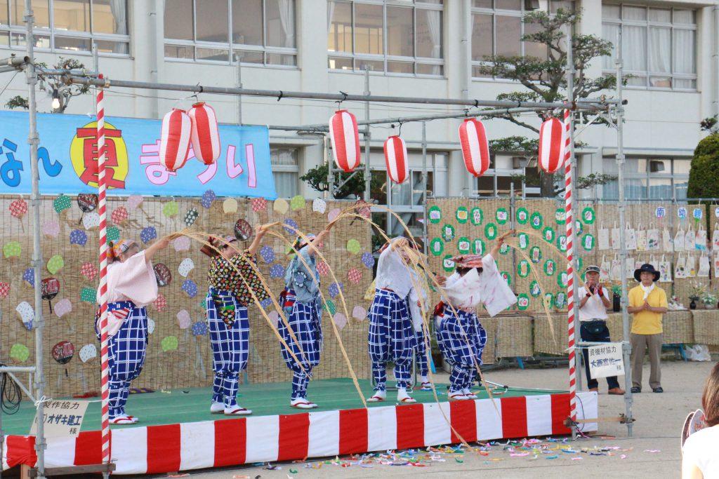 ステージ上では地域の方々による演目が次々と披露される。南京たますだれや、コーラス、ハンドベルや民舞、社交ダンスなど演目の多さも特徴だ。