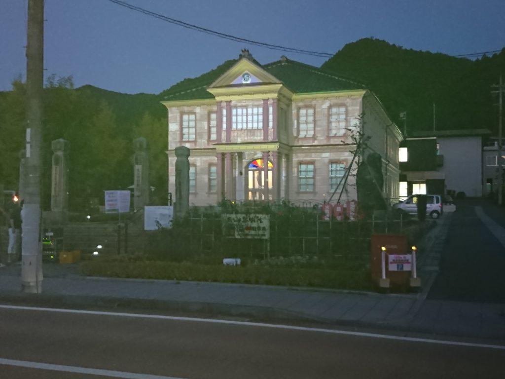 プロジェクションマッピングは今回初めての取り組み。関学生が作った映像が黎明館の外壁一面に広がる。(夜)