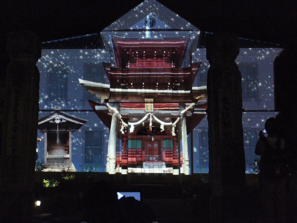 プロジェクションマッピングは今回初めての取り組み。関学生が作った映像が黎明館の外壁一面に広がる。