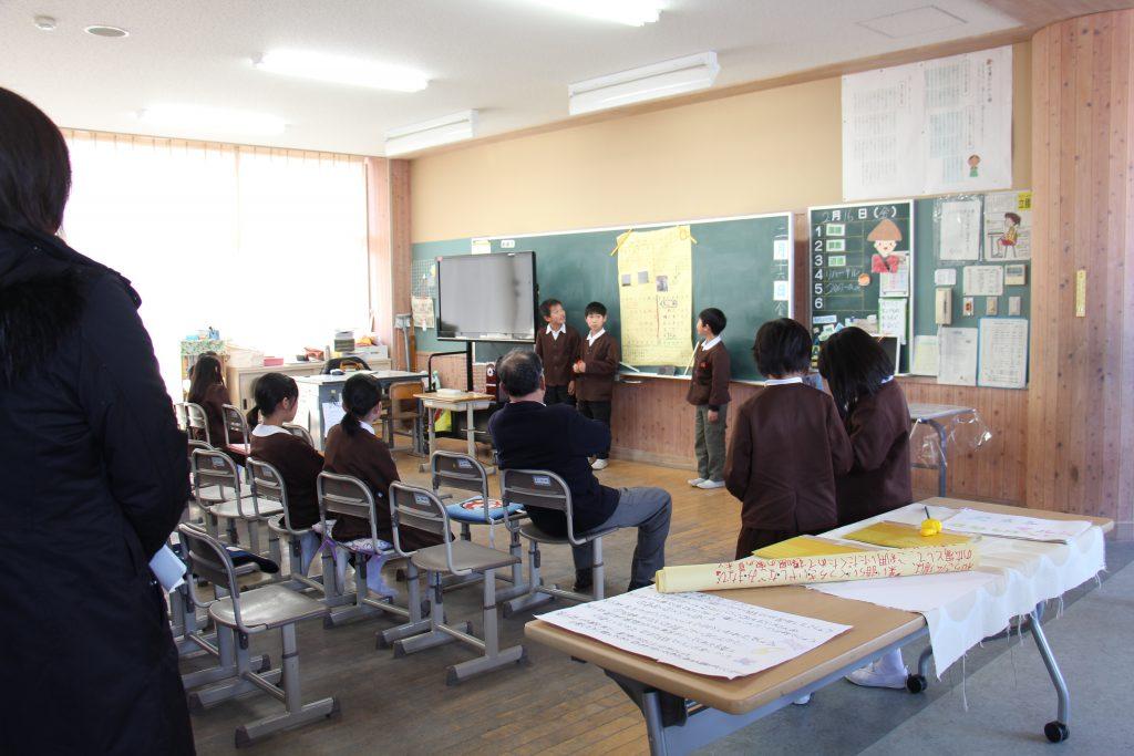 斑鳩について調べ学習をした内容を発表する斑鳩小学校の4年生の様子。