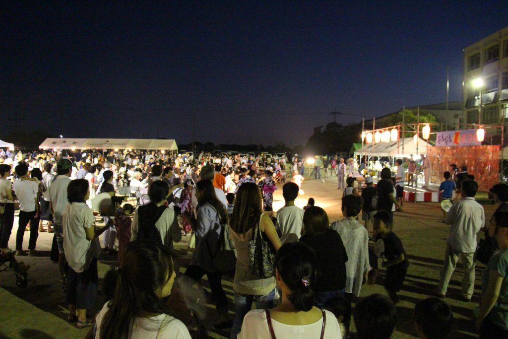 演目の他、各テントではたこ焼きやかき氷、焼きそばなどの販売も。周りが暗くなっても大盛況。