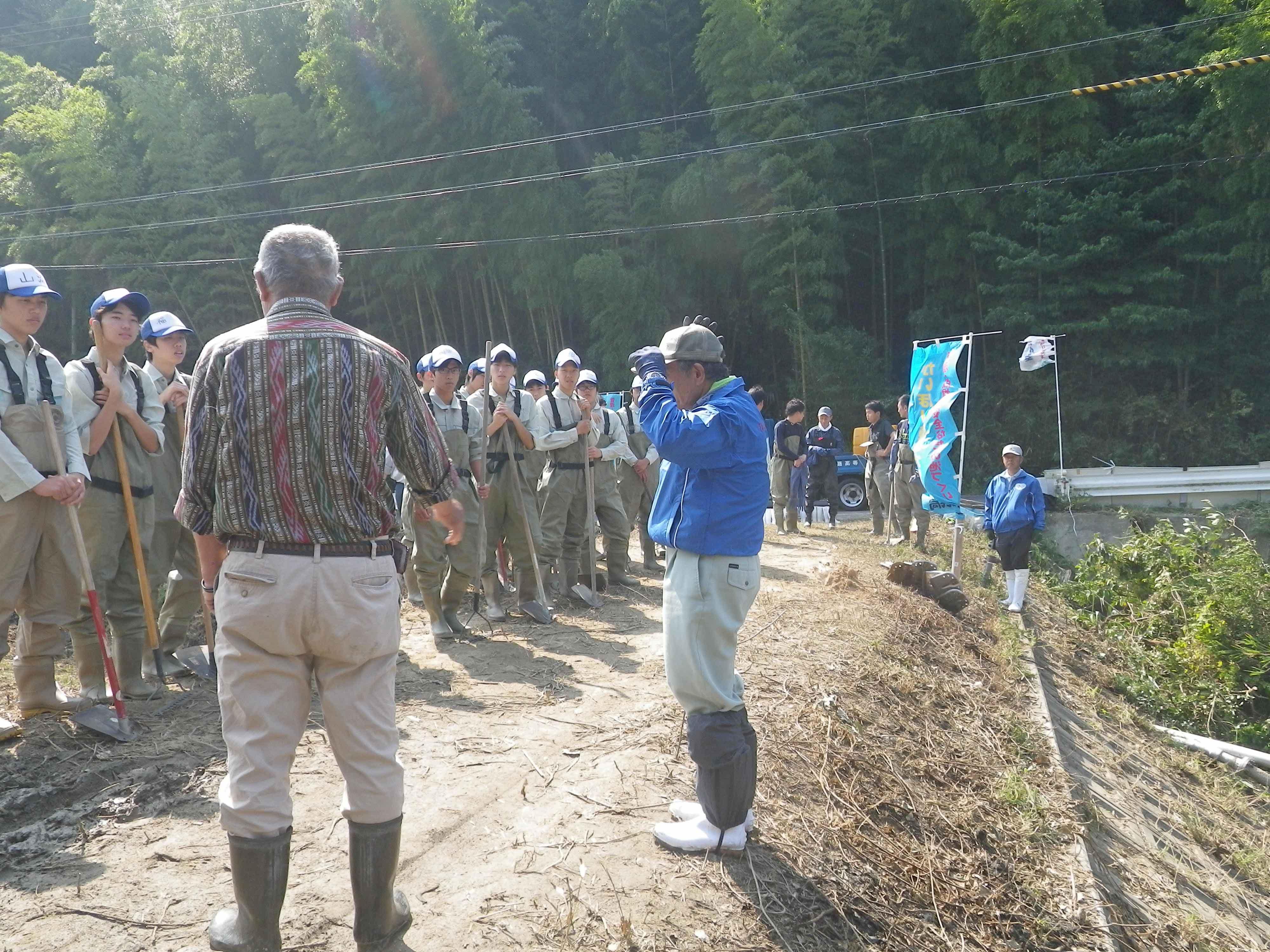 洲合池で行われた「かいぼり」では県立淡路高校の生徒も参加