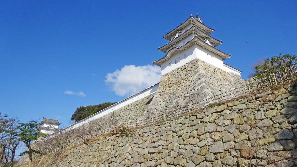 巽(たつみ)櫓と石垣(明石城築城 400 周年に先立ち行われた景観整備により、繁茂していた樹木が除伐・剪定され、巽櫓・石垣が美しく見えるように)