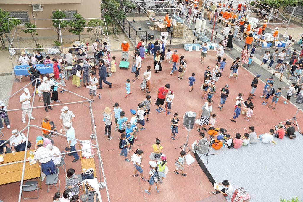 夏祭りに集まる大勢の人。多彩な行事やイベントを活用し、コミュニティの活性化を図っている。