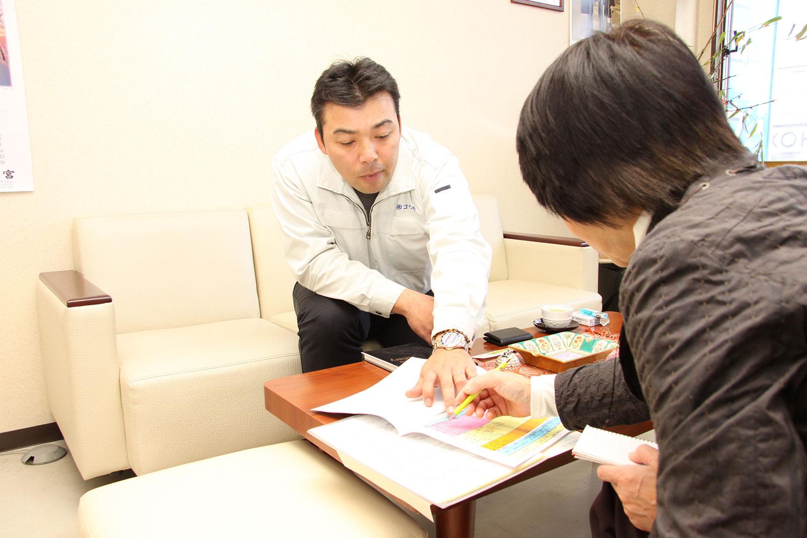 取材中の岡本さん、リアルな出会いを重視した丁寧な取材にこだわってきた。