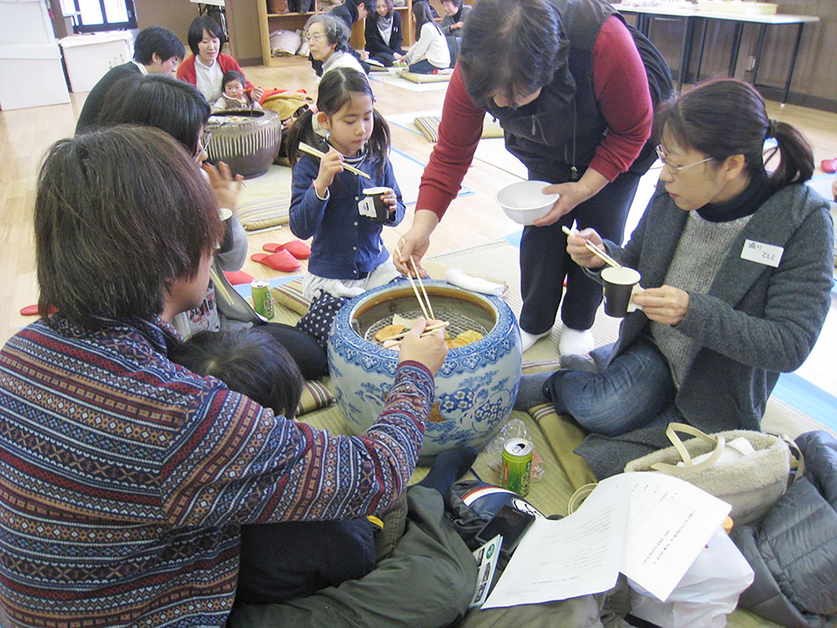 船坂のもち米のお持ちで作ったかき餅を火鉢で焼いて食べるほっこりイベント。