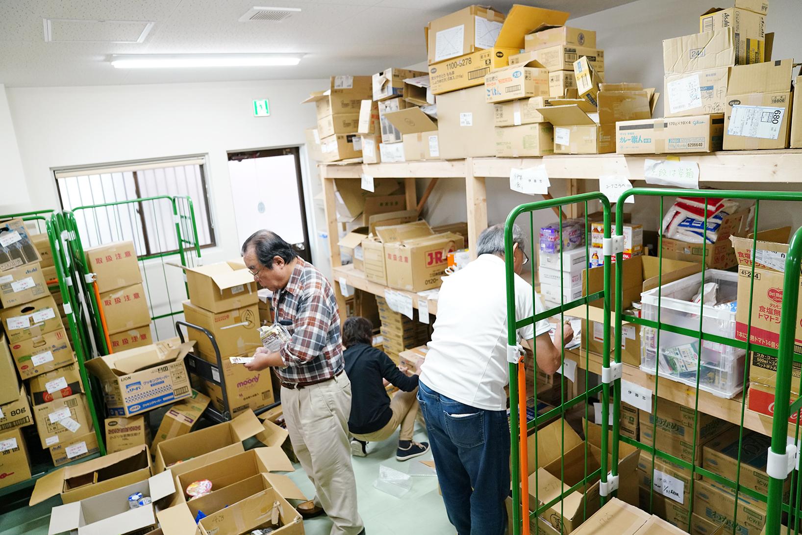 届いた食品の管理・分配を行うボランティアメンバー。