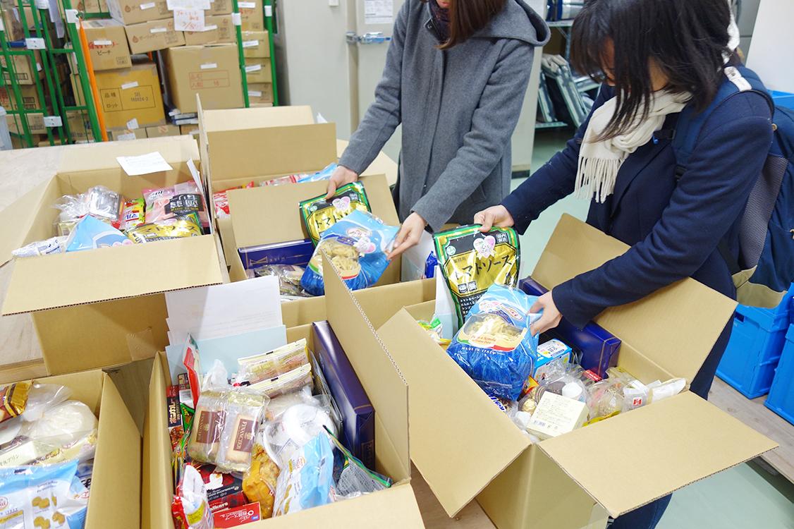 「子ども元気ネットワーク」の支援として、送る食糧の箱詰め作業。