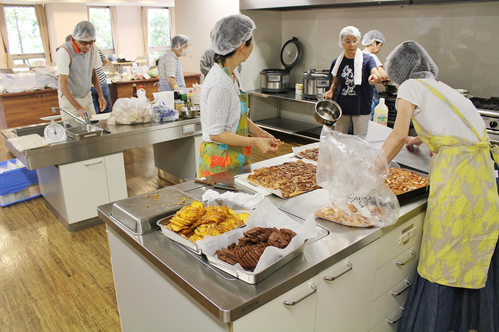「0円キッチン」の準備風景。0円キッチンで振る舞った料理は、まだ食べられるのに使われなくなった食品を一工夫して作られた。