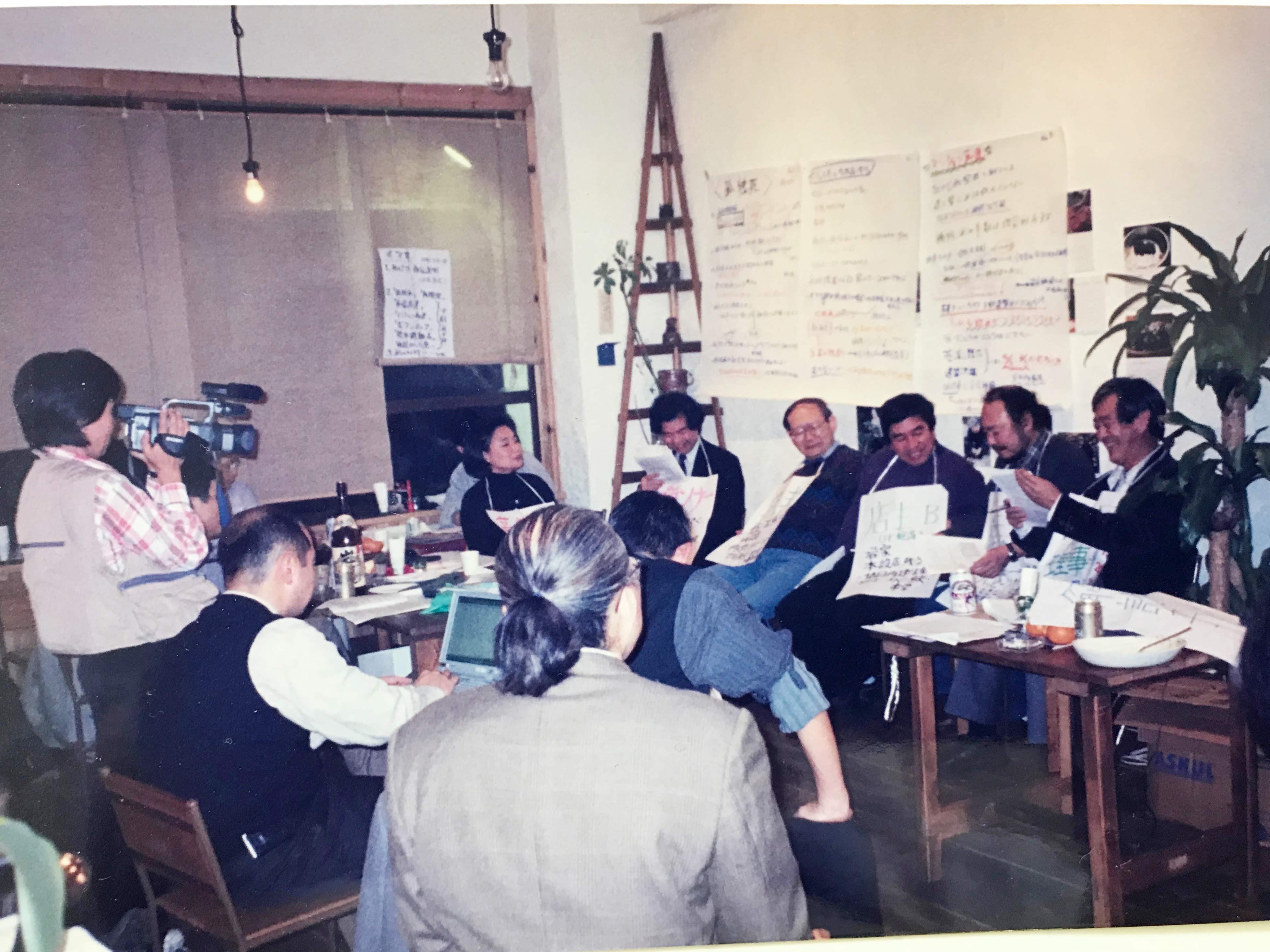 平成11年の「1月17日」の前夜に、兵庫区の喫茶店を借り切り、復興課題をテーマにロールプレイを交えて徹夜の議論を行った。
