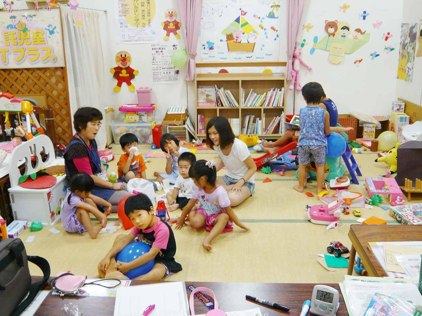 託児室でスタッフと過ごす子どもたち。