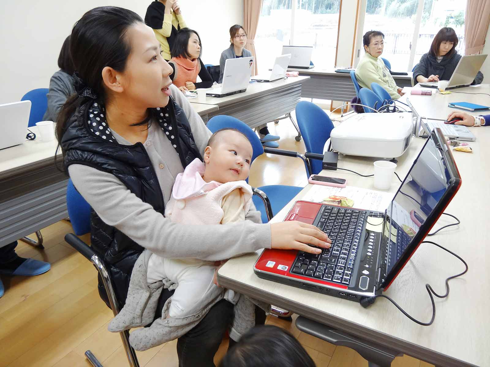 育休中のママのためのパソコン教室、お子さんと一緒に参加されるママも。